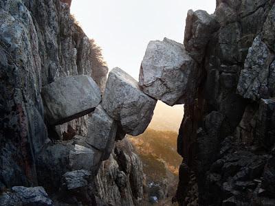 Batu Gunung Jatuh Berubah Jadi Jembatan