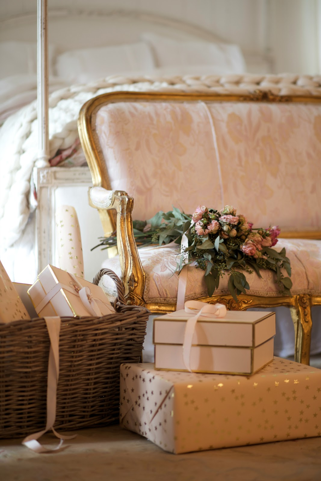 Romantic white & blush Christmas bedroom - FRENCH COUNTRY ...
