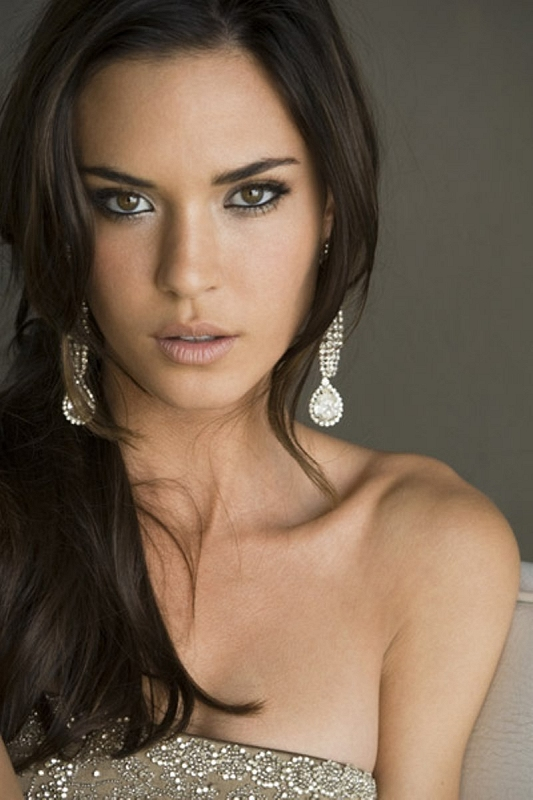 Beauty Brown Hair Woman With Smile On Her Face Royalty: The Sky Has Fallen: Hot Girl Of Horror #23: Odette Yustman