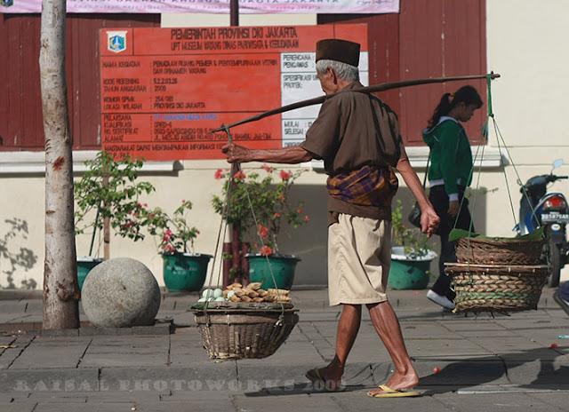 Kisah Seorang Pedagang Bunga dan Seorang Penawar yang Sadis. Sangat Mengharukan!