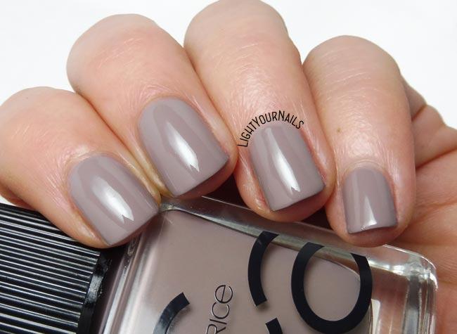 Smalto tortora Catrice ICONails 27 Lana del Grey taupe nail polish swatch