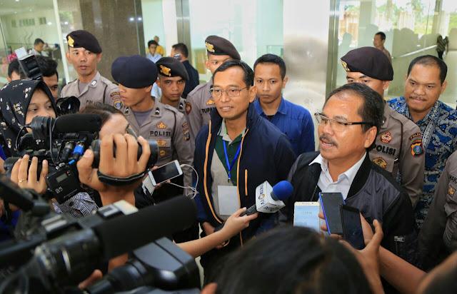 Jr Saragih memberikan keterangan pers