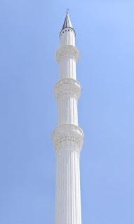 Tek bir beyaz minare