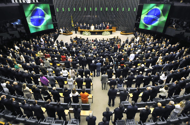 Por 55 votos a favor e 22 contra, o Senado admitiu, na manhã da última quarta-feira (12/05), o processo de impeachment contra a presidente Dilma Rousseff, que ficará afastada por no máximo 180 dias. Em seu lugar assumiu o vice, Michel Temer (PMDB). Contrariando os boatos de que sairia pelas portas do fundo do Planalto, Dilma deixou seu posto como chefe de Estado do país pela porta da frente e recebendo o carinho da militância que a apoia.