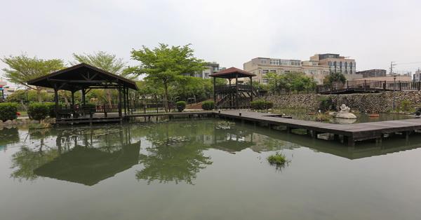 台中后里|后里四號公園-水池搭配親水步道和古色古香的涼亭,充滿詩情畫意