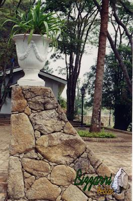 Detalhe do muro de pedra moledo na construção do muro em sítio em Bragança Paulista-SP.