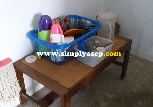 "ALAT DAPUR :  Wadah plastik sebagai ""rak piring"".  Yang penting piring, sendok, garpu, gelas alat makan wajib ada.  Foto Asep Haryono"