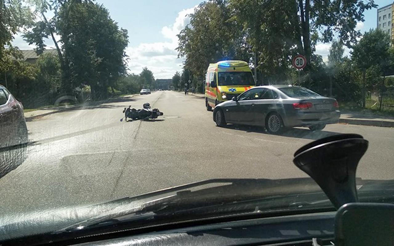 Auto Jelgavā notriec motorolleru