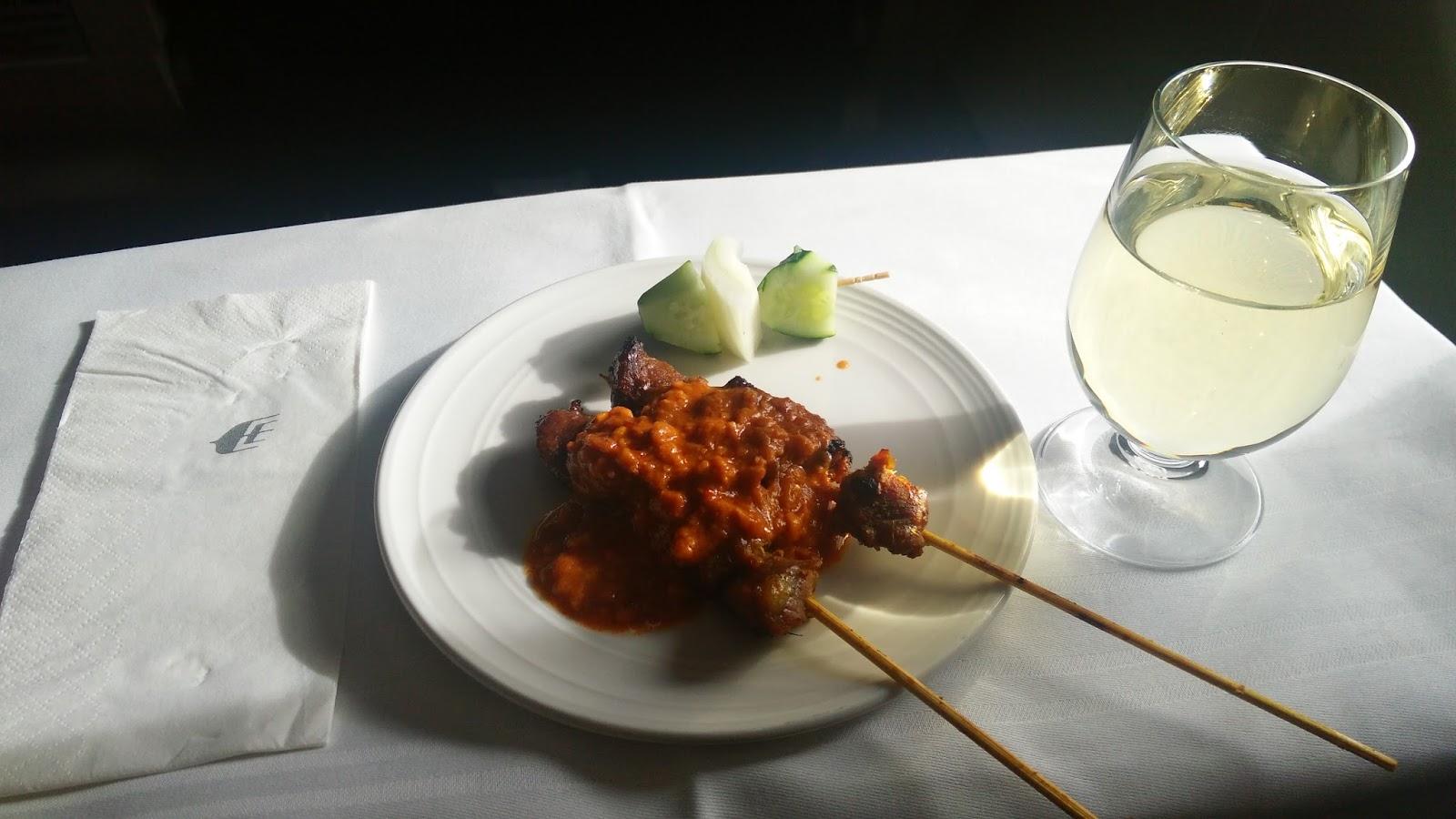 黑老闆說:馬航台北飛吉隆坡的班機,飛機起飛一改平就開始供應沙嗲燒烤,有牛羊雞三種可選,獲得民航客機評鑑極高的評價。