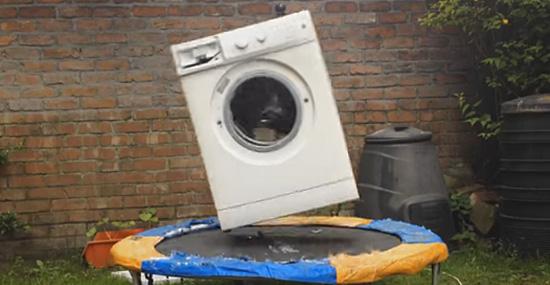 Uma máquina de lavar, um bloco, uma cama elástica...