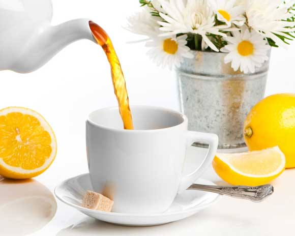 - 1 л горячего черного чая; - 100 мл лимонного сока; - 20 г цедры лимона; - 100 мл ванильного сиропа; - 15 штук гвоздики;