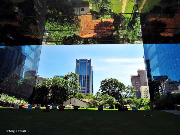 Vão espelhado do Edifício Pátio Victor Malzoni e Casa Bandeirista refletida - São Paulo