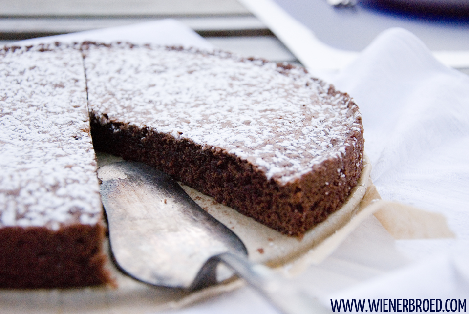 Kladdkaka - schwedischer Schokoladenkuchen / Kladdkaka - Swedish chocolate cake [wienerbroed.com] Der txpishe Kuchen für die Fika-Pause, die schwedische Art der Kaffeepause / The typical cake for a fika break, the Swedish way of a coffee break