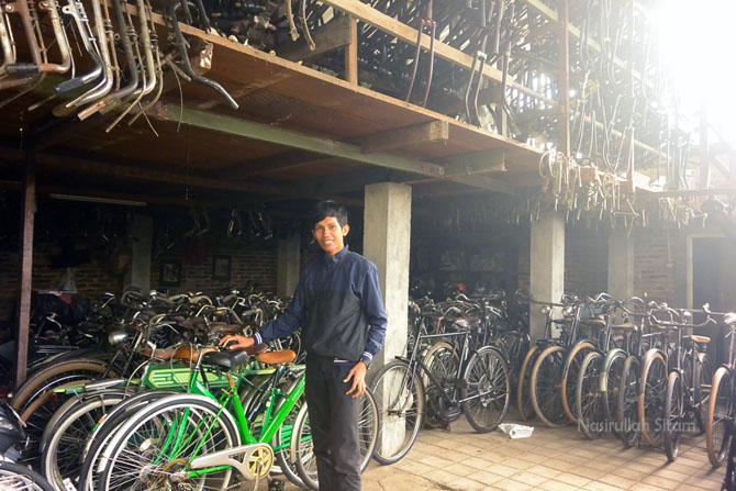 Pose di tempat koleksi sepeda
