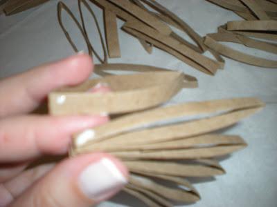 como hacer flores con  tubos de cartón reciclado