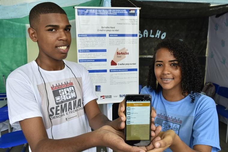 Estudantes baianos criam carregador de celular à base de energia solar