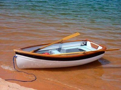 Bote con remos en la orilla