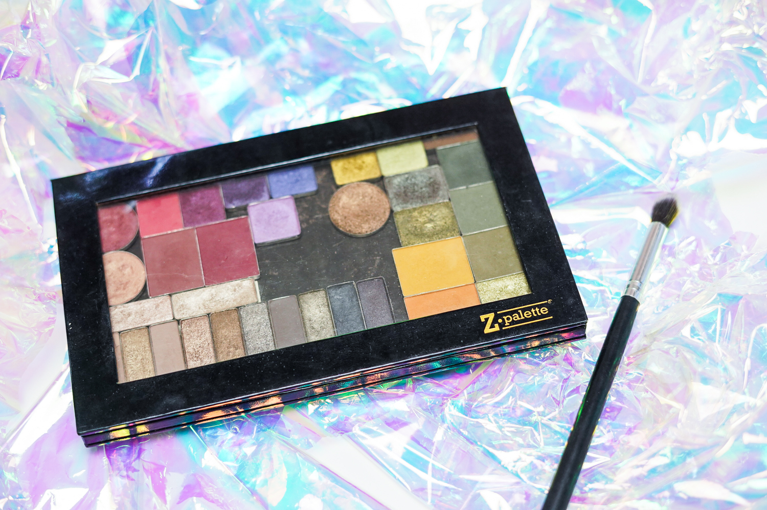 What's in my custom eyeshadow palette, everyday Z palette with single eyeshadows and depotted eyeshadows. Curated by Kirstie is a Leicester Beauty, Fragrance + Gluten Free Food Blogger