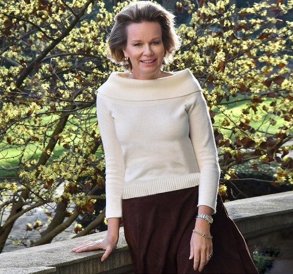 Crown Princess Elisabeth, Prince Gabriel, Prince Emmanuel and Princess Eleonore. Queen Mathilde in wool-blend turtleneck sweater by Armani