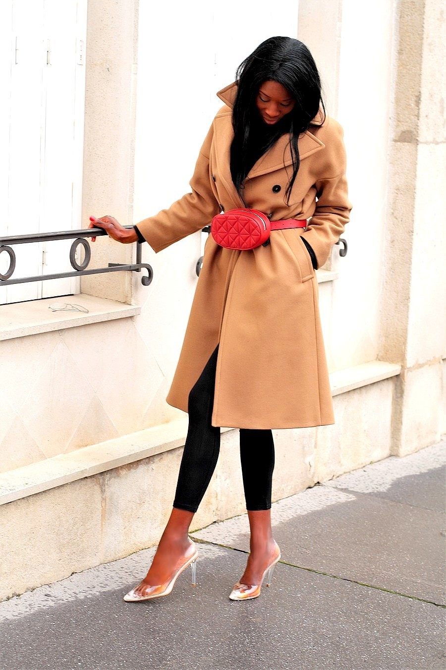 look-blogueuse-mode-manteau-camel-zara-sac-rouge-escarpins-perspex