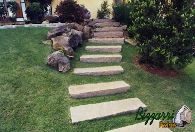 Escada de pedra folheta com juntas de grama esmeralda.