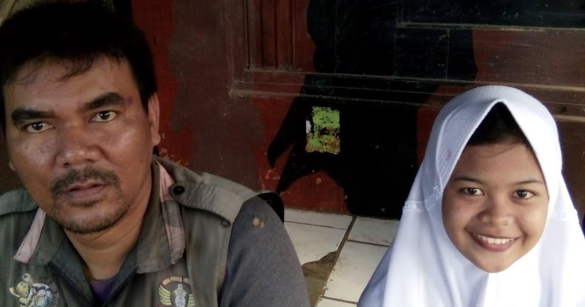 Basando 6 Pengatur Lalu Lintas Di Jalan Asrama Pengkolan Iyos Siti Nur Aedah Xi Iis Bi
