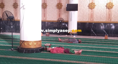 TIDUR : Beberapa orang tampak tertidur pulas di dalam Masjid Raya Mujahidin padahal hari masih pagi. Diambil fotonya hari Sabtu (19/1) pukul 07.10 WIB. Foto Asep Haryono