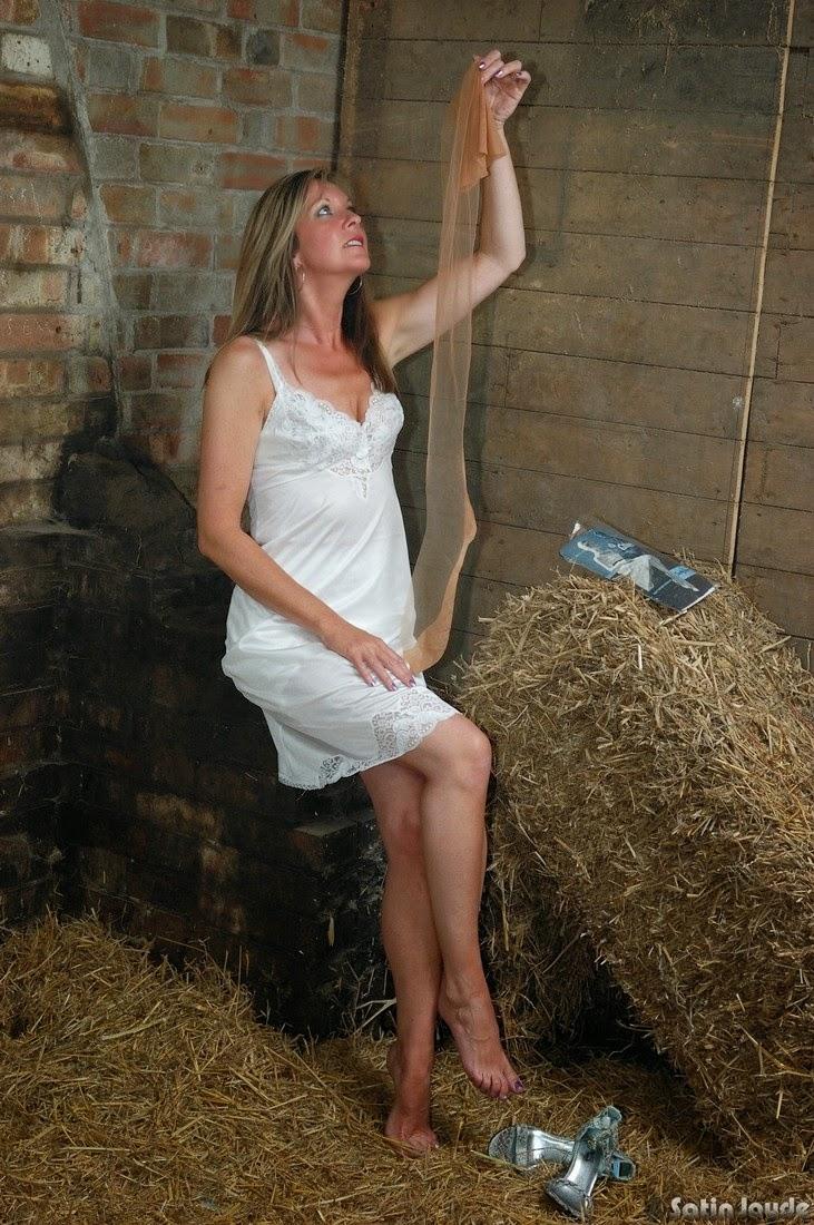 mature lovers satin jayde exhibition en lingerie dans la grange. Black Bedroom Furniture Sets. Home Design Ideas