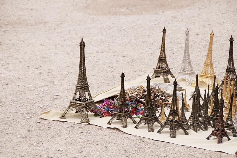 miniatur-Eiffeltürme zu kaufen im Jardin des Tuileries / Paris im Sommer / Interrail-Reise