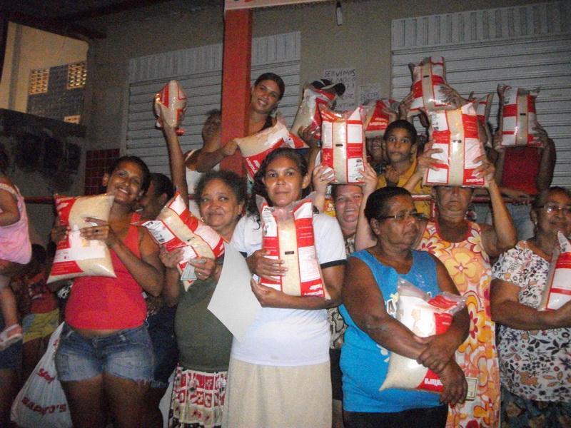 6d652998e5 Famílias recebem doações de alimentos do Instituto de Pesquisa da Mulher