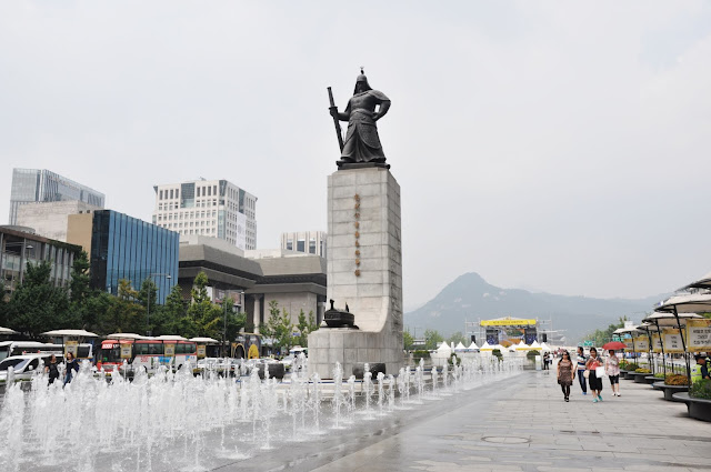 Statue of Admiral Yi Sun-Shin (충무공 이순신 동상) at Gwanghwamun Square (광화문광장)