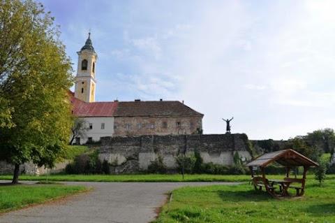 Nem csak békességet, templomfelújítást is visz Rétvári Bence Vácra