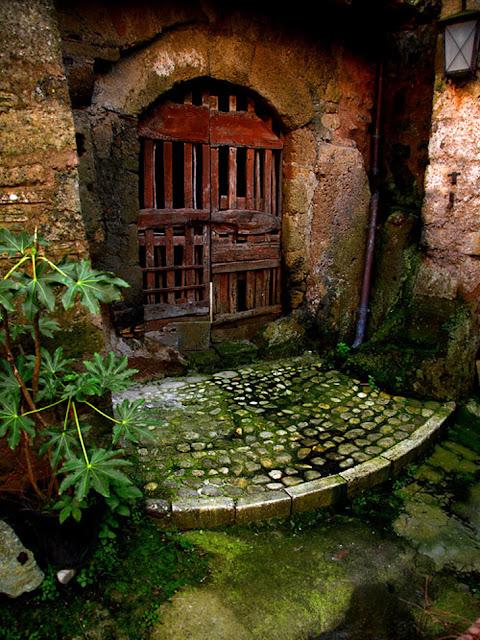 Uma porta de fada em Calcata, Itália
