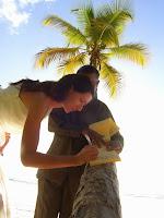 Photo de la mariée signant le registre de mariage