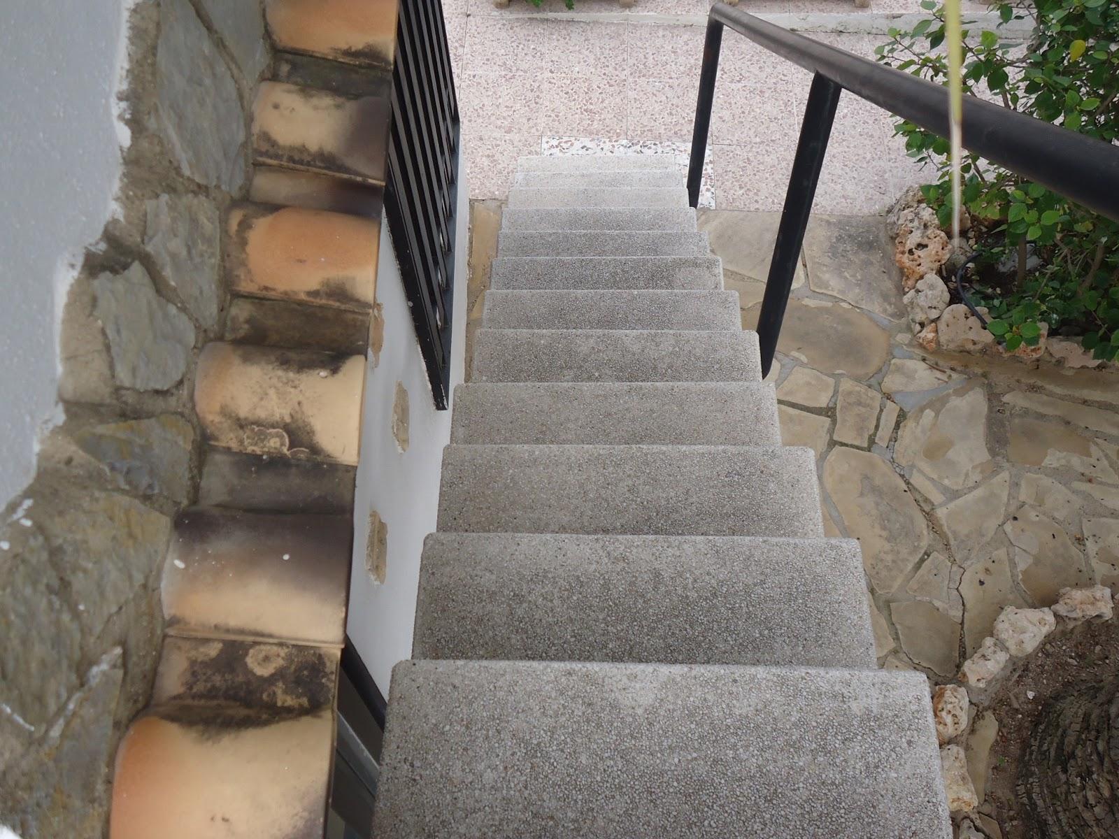 Escaleras para acceder a terraza exterior for Escalera de jardin de madera