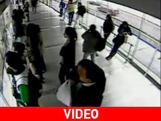 Κλέφτης «βουτάει» κινητό και τον χτυπάει λεωφορείο (video)