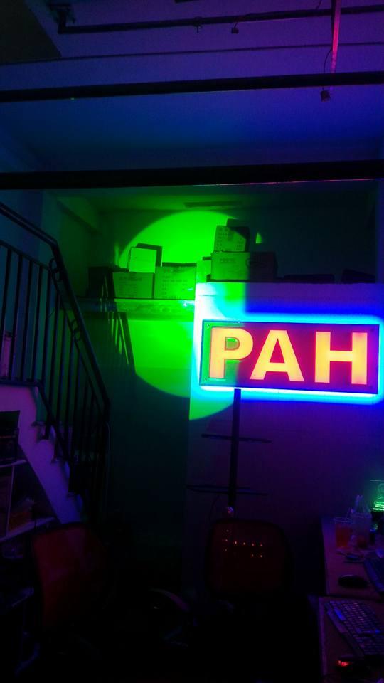 đèn follow chiếu màu lá