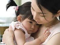 Sungguh Luar Biasa Keajaiban Pelukan Ibu Bagi Anak