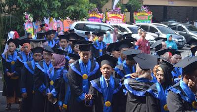 wisuda sarjana dan diploma III STIE AMA Salatiga