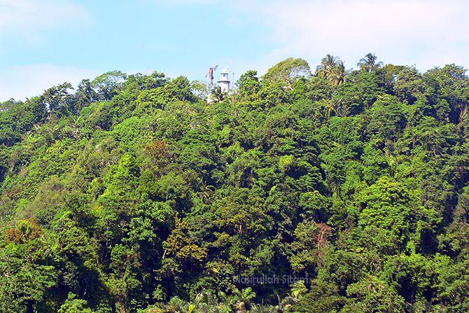 Mercusuar Cimiring di atas bukit