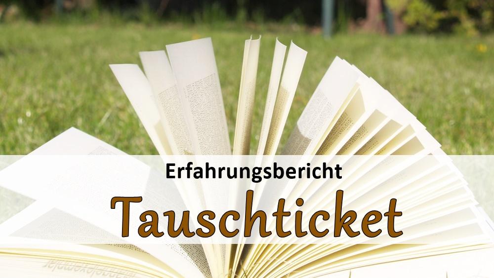 Aufgeschlagenes Buch im Gras