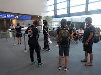 皆のリラックスした様子の空港待ち時間の様子