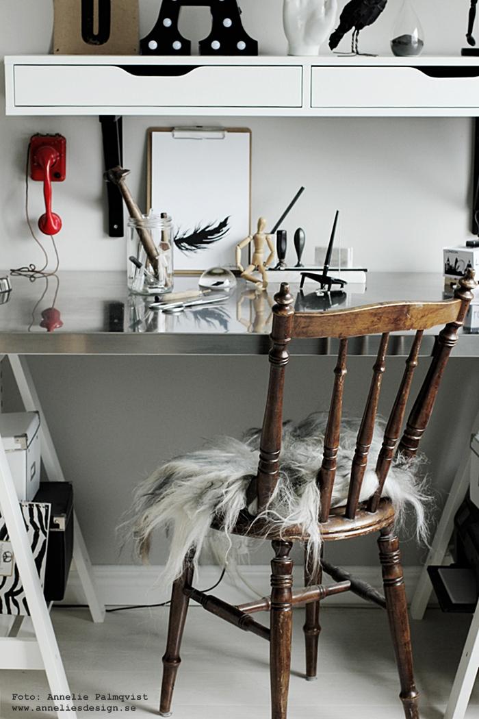 hemmakontor, fårskinn, isländska fårskinn, dynor, dyna, skinn, fäll, poster, posters, print prints, tavla, tavlor, svart fjäder, fjädrar, feather, hemmakontor, hemmakontoret, home office, arbetsrum, arbetsrummet, clipboard, webbutik, webbutiker, webshop, inredning, skrivbord, bordsskiva, ikea, annelies design, anneliesdesign, svart och vitt,