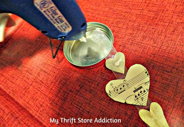 DIY Floating Hearts Snow Globe mythriftstoreaddiction.blogspot.com Create a valentine snow globe using floating paper heart garland.