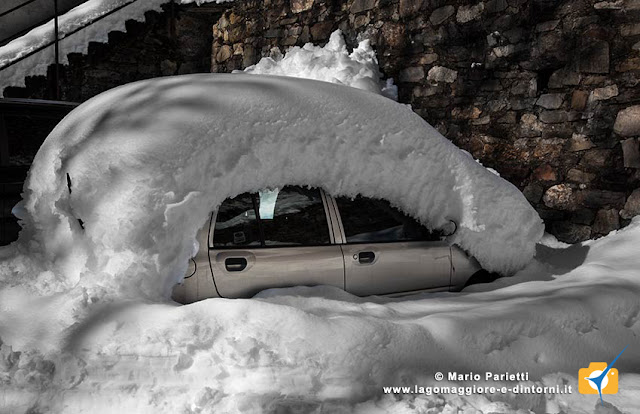 macchina ricoperta da neve in valle Veddasca