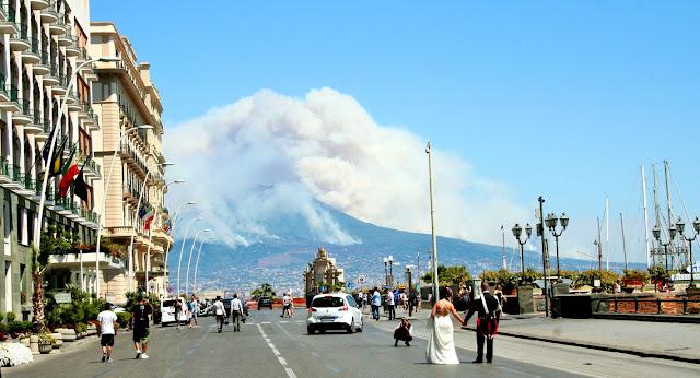 strada, sposi, fotografo, hotel, alberghi, Vesuvio, fumo, incendio, passanti