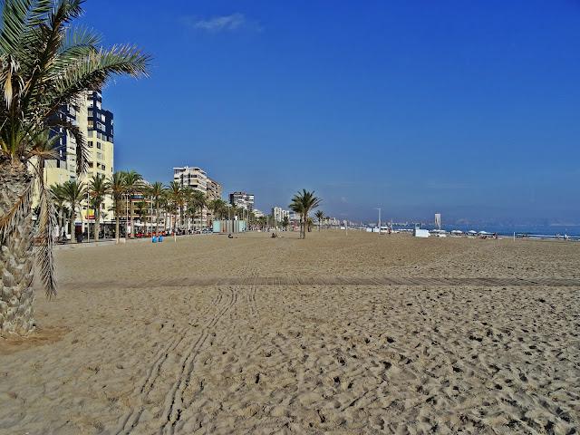 plaże okolice Alicante jak wyglądają? szerokie i piaszczyste