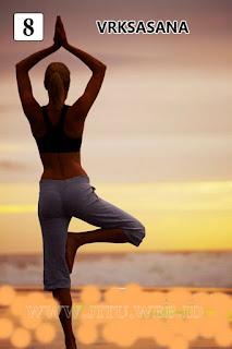Yoga Vrkasasana untuk hilangkan perut buncit.