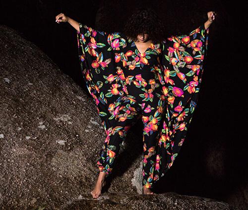 Farm e a cantora Céu lançam coleção Velvet Caju macacão estampado