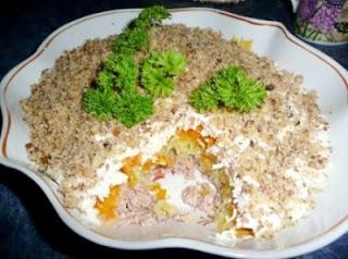 sloenyj-salat-iz-pecheni-treski-s-greckimi-orekhami